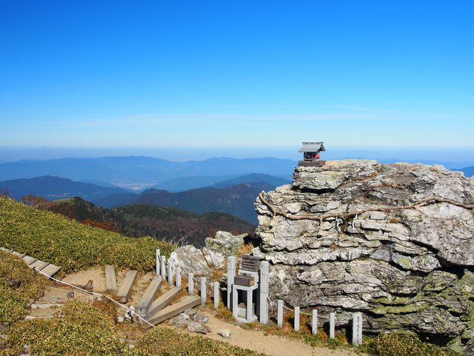 剣山の名の由来に関わる「宝蔵石神社」