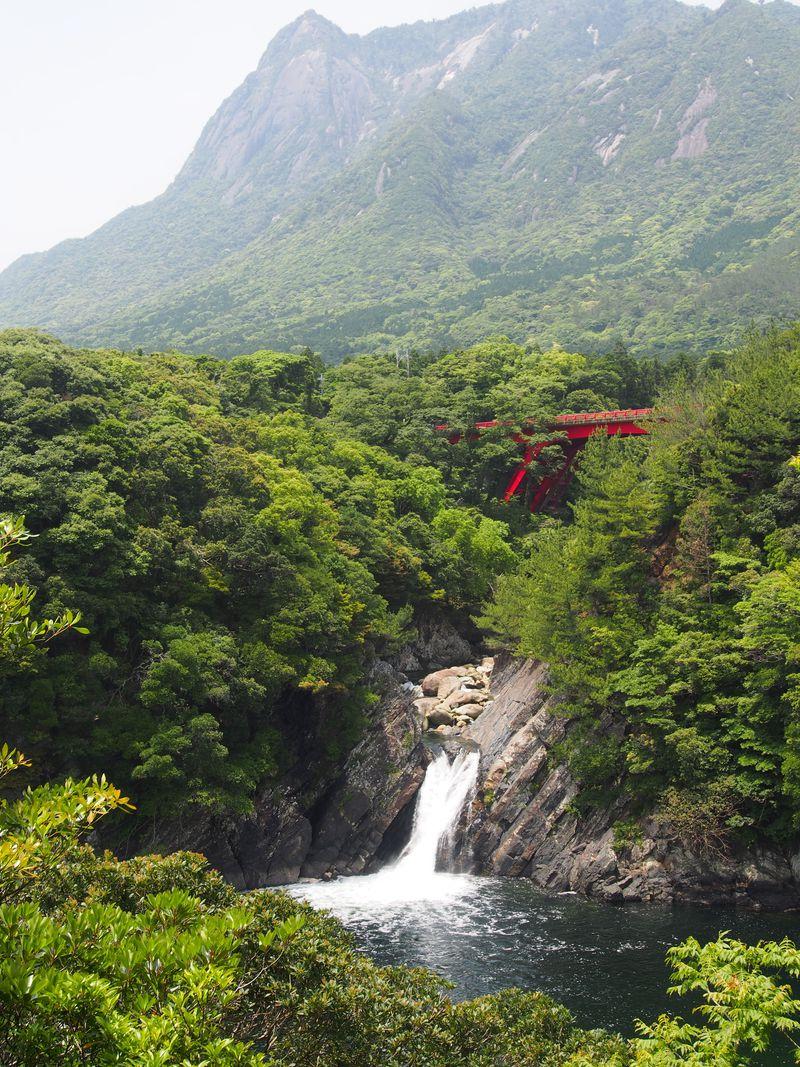 日本で2ヶ所だけ!海に落ちる滝「トローキの滝」