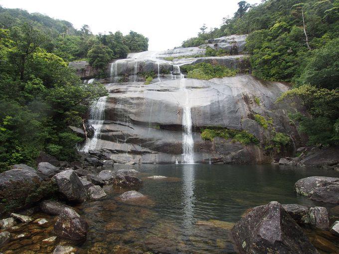 目の前の巨大一枚岩を滑り落ちる「蛇之口滝」