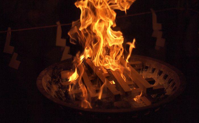 篝火にあたって無病息災・火防の御神徳を賜る