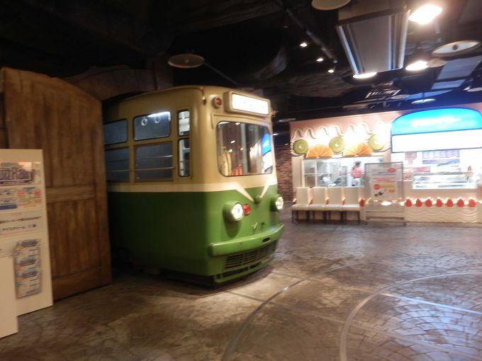 実物大の電車が置かれている「市電通り食堂街」