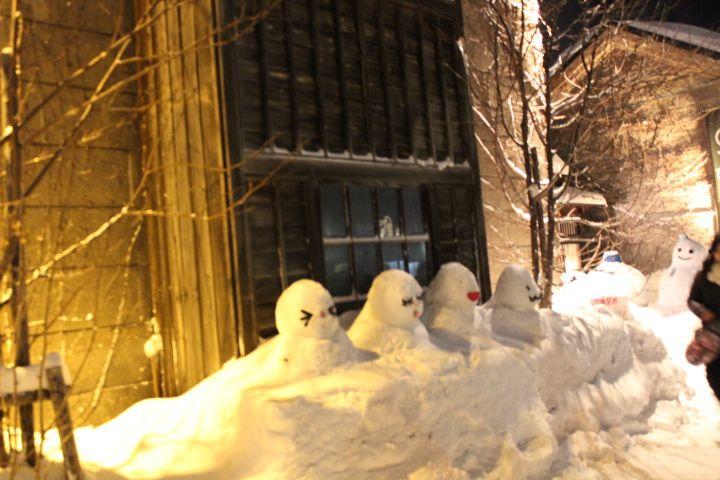 お店の前では雪像が、お・も・て・な・し