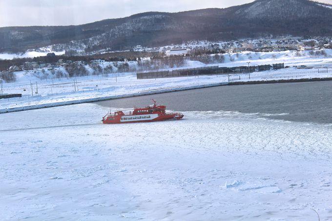 沖へ向かう砕氷船「ガリンコ号II」