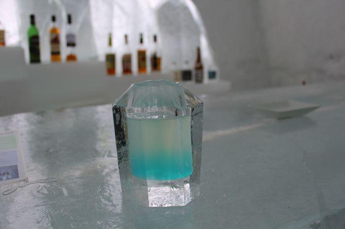 氷のグラスで飲むチャイナブルー