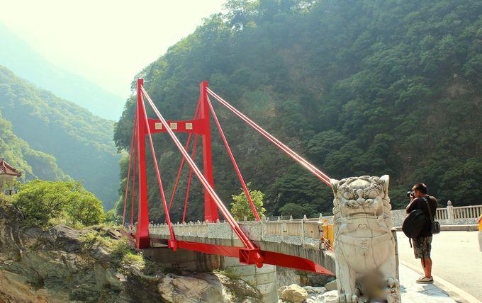 緑に映える赤い「慈母橋」