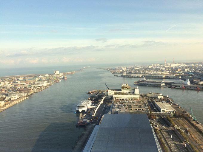 信濃川河口と日本海が一望できます