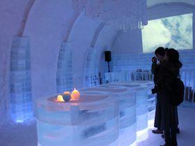 氷の客室やバーも!期間限定・北海道「アイスヒルズホテル」