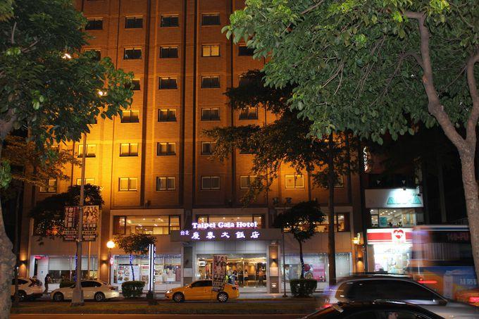 地下鉄駅やコンビニ、カフェが近くにあります。