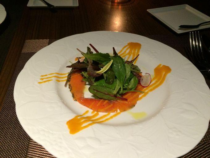 前菜のお料理は「サーモンマリネのサラダ仕立て」
