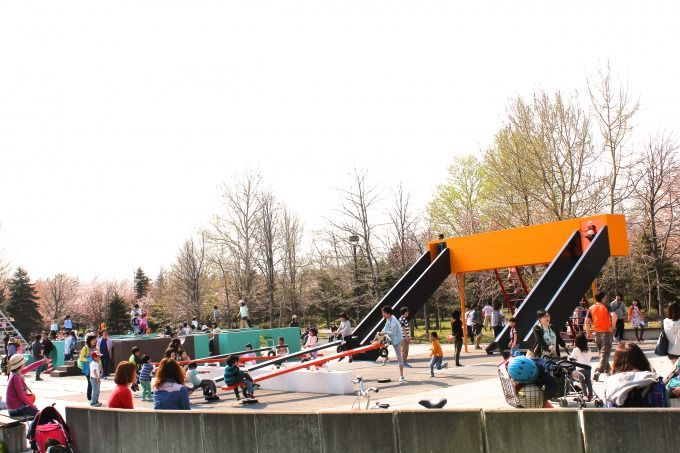 桜に囲まれた子供の遊び場
