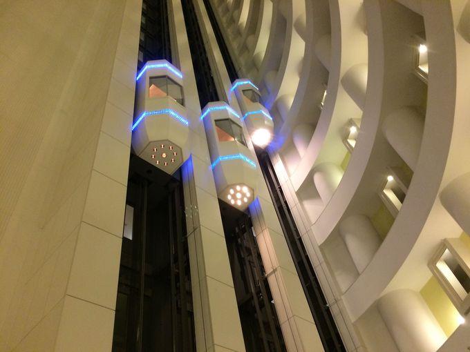 ロビーを見上げるとカプセルのエレベーターが!