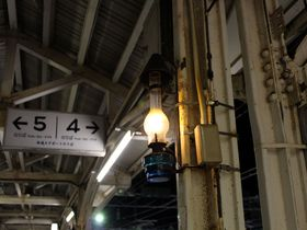 ランプが灯る「小樽駅」裕次郎ホームと本場の立ち食い寿司も人気!