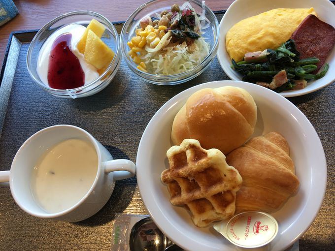 朝食はコシヒカリのご飯や焼きたてパンが美味しい