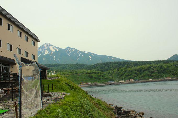 利尻山を背景に日本海が広がる