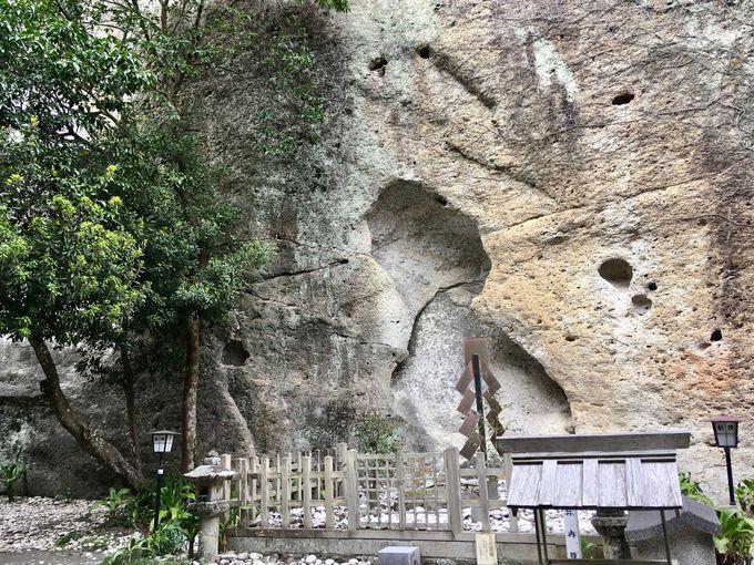 圧巻の巨大な岩が「ご神体」