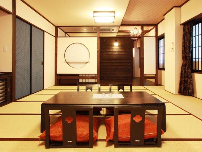 本館のモダンな洋室と大正ロマン風の和室