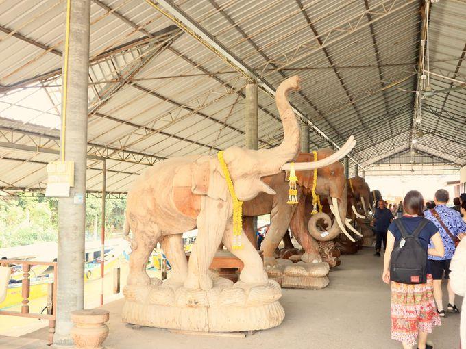 「ダムヌンサドゥアック水上マーケット」木彫りの象がお出迎え!