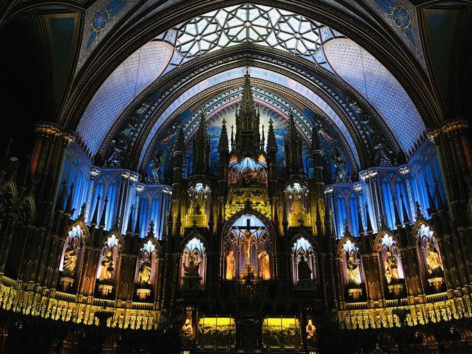 夜も昼も美しい圧巻の祭壇