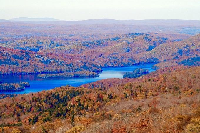 カナダ・ローレンシャン高原「モン・トランブラン・ビレッジ」の紅葉