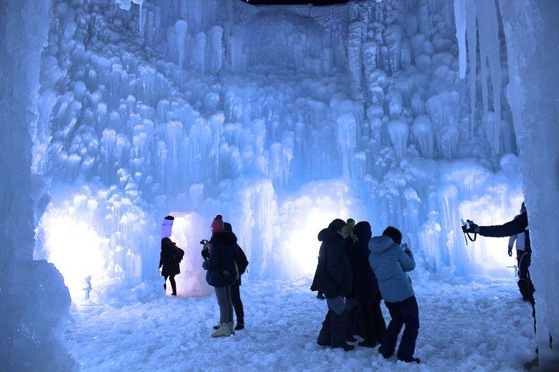 北海道「支笏湖氷濤まつり」は昼も夜も美しい冬のイベント