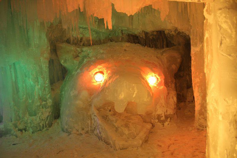 氷瀑まつりのメイン氷像「札幌時計台」