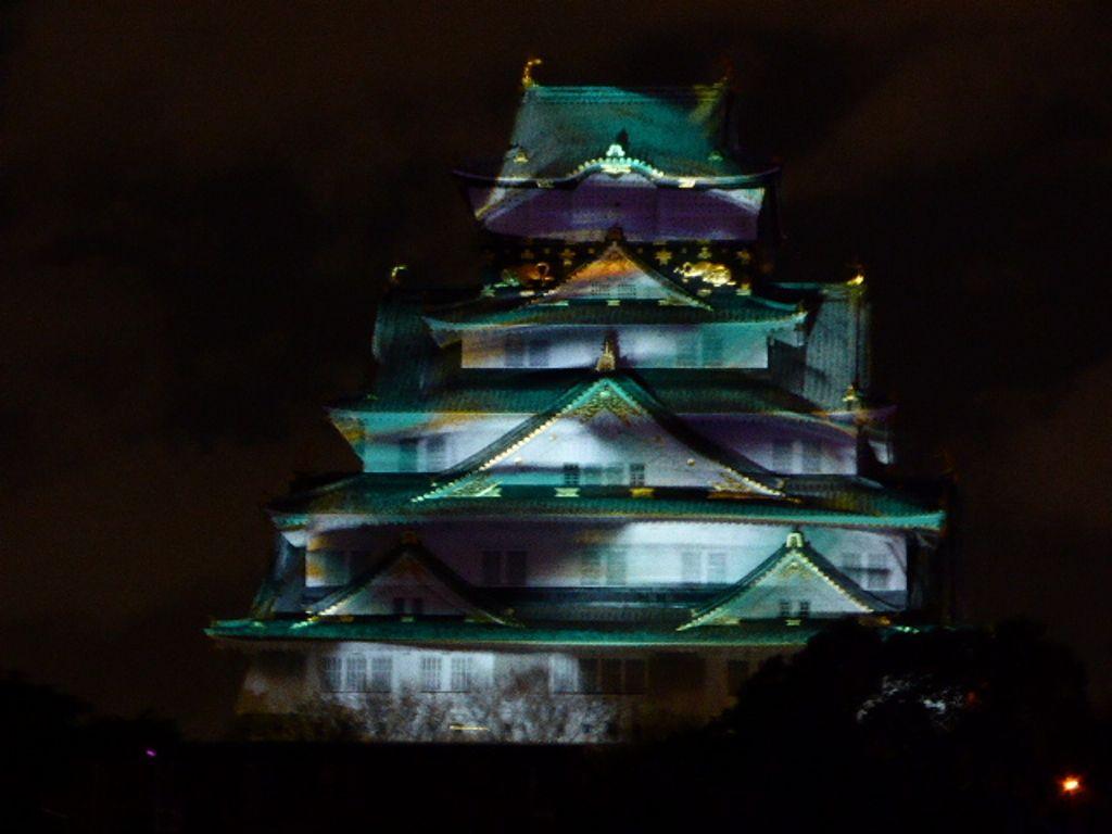 大阪城3Dマッピングの美しさと展開の速さに感動。音楽に合わせたジュエリーイルミネーションでうっとり。