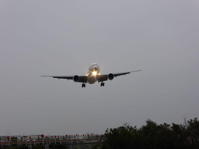 着陸体制の飛行機が接近