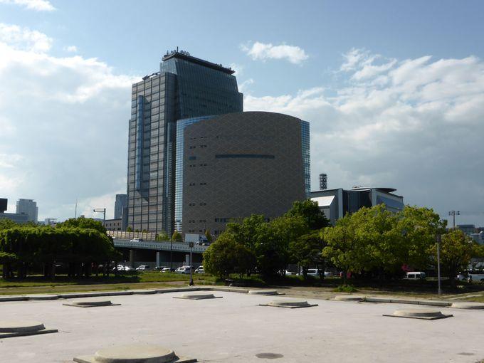 隣接する大阪市立歴史博物館に発掘された遺跡を展示