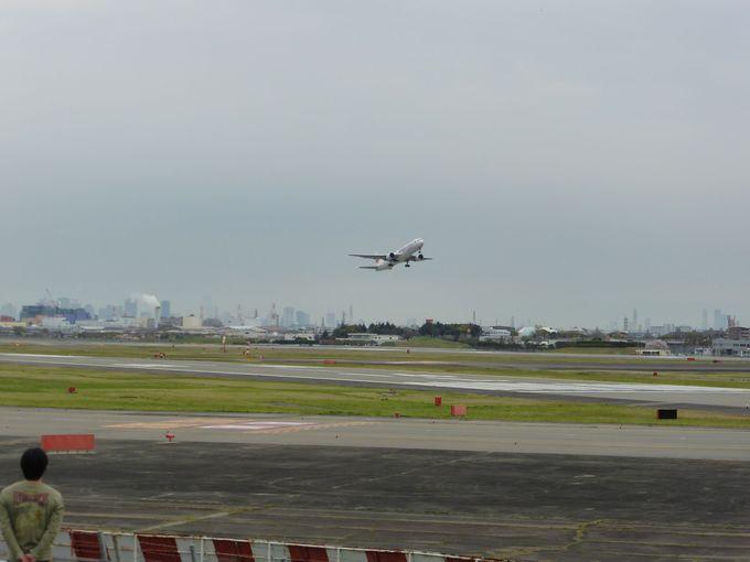 飛行機の離陸がほぼ真下で見られる