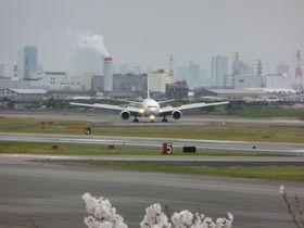飛行機が真上に!伊丹空港北側「下河原」は人気の離陸スポット
