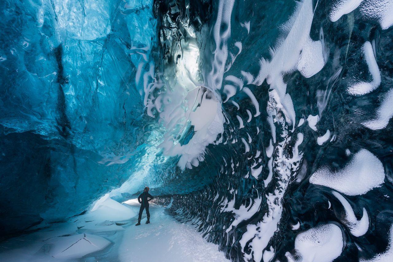 冬ならではの絶景!青く輝く「氷の洞窟」を歩こう