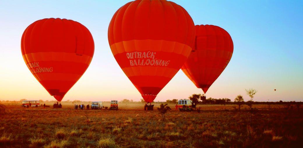 広大な大地に昇る朝日を眺める「熱気球ツアー」