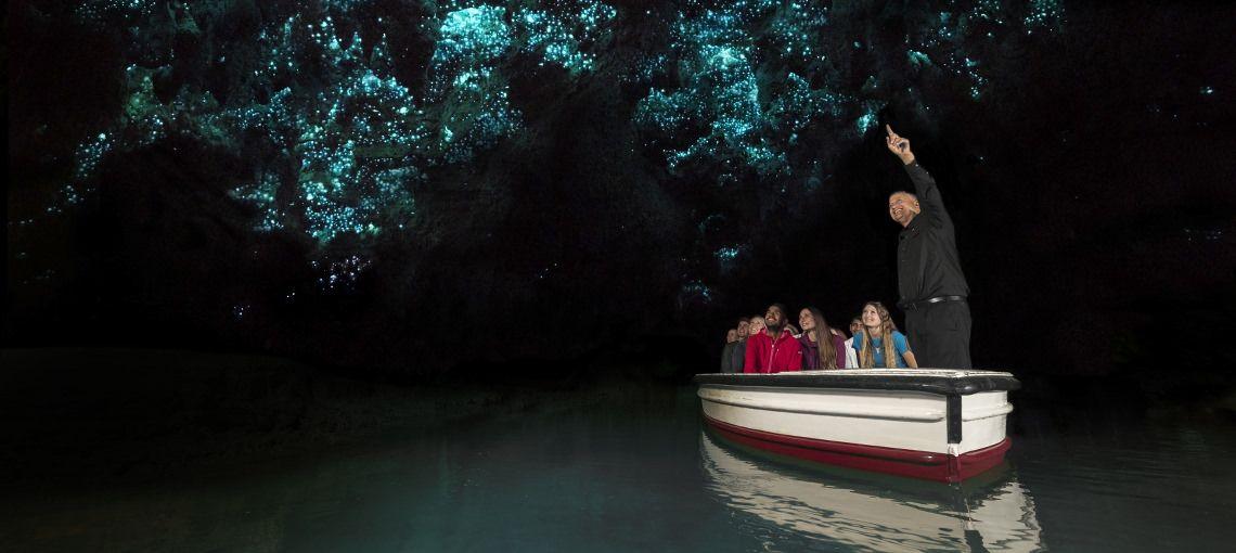 まるでテーマパーク!?小舟に乗って「ワイトモ土ボタル鑑賞」