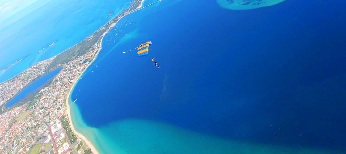パースの美しい海岸線や離島を一望!スカイダイビング