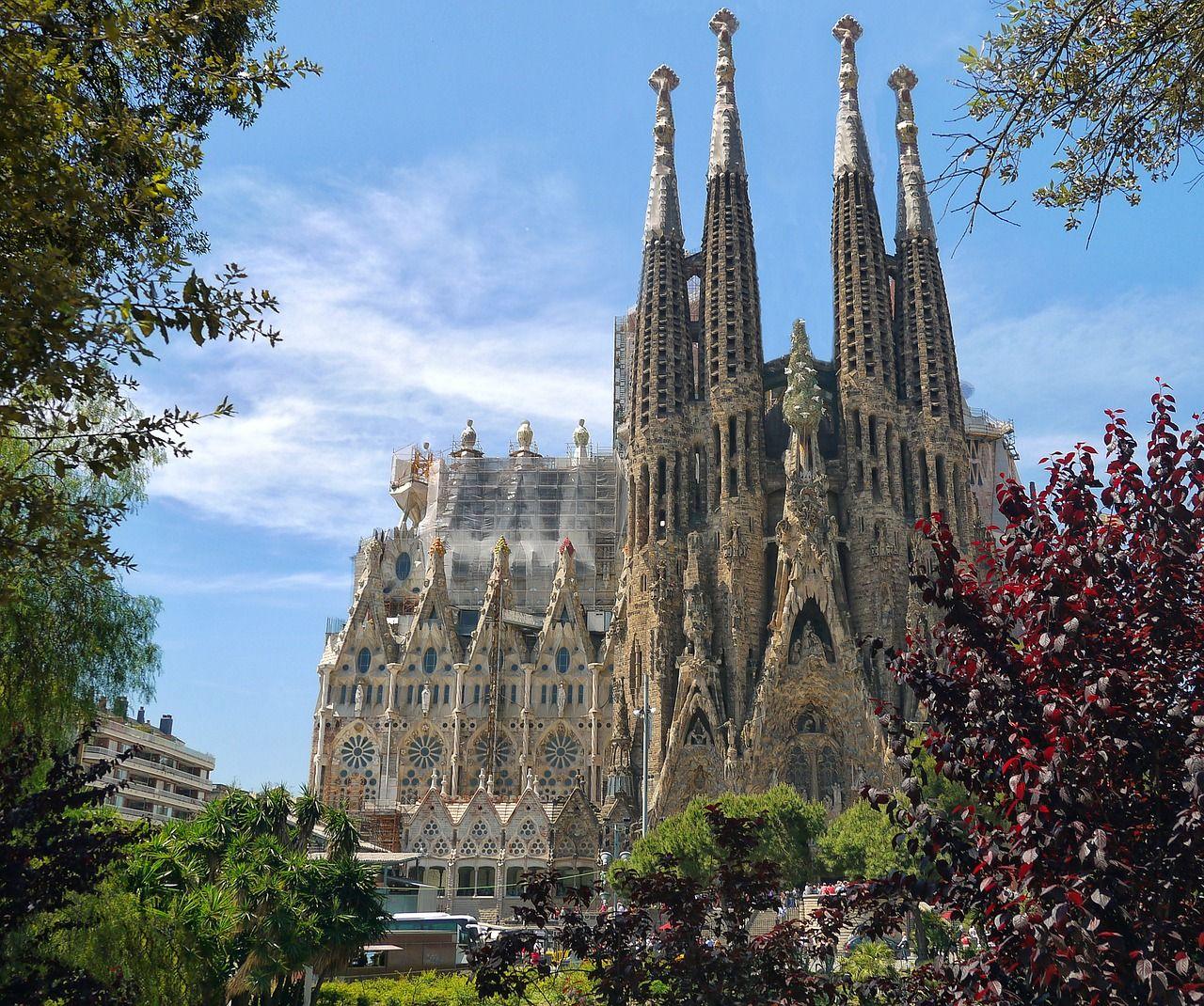 バルセロナへは経由便でアクセス!