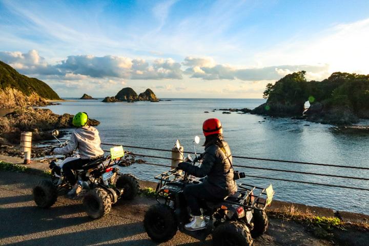 透明度の高い海が魅力ので柏島を4輪バギーで観光