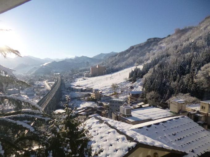 三国山脈、湯沢温泉を一望する、高半からの眺め