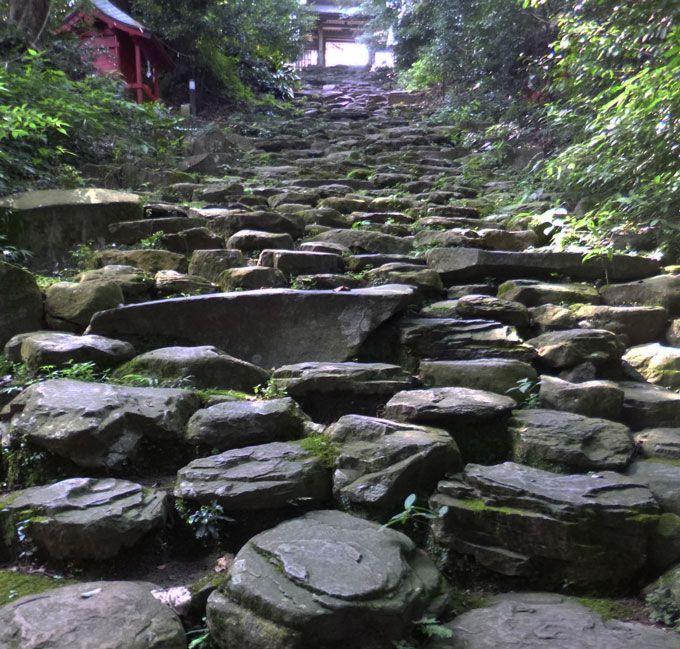 振向かずに上りきると願いが叶う、振り向かずの坂「鬼岩階段」
