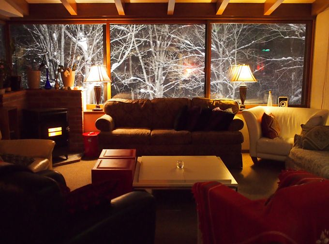 雪のブナ林のライトアップは、是非、暖炉のあるラウンジで楽しみたい!