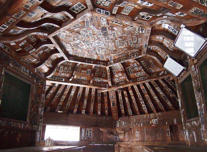 お堂に登り、一巡すれば、西国札所の三十三観音像に一度にお参りできる!