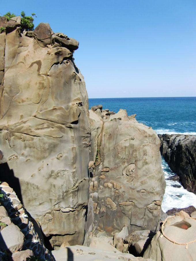 玉橋を渡ると見えてくる本殿と奇岩「二柱岩」「御舟岩」「霊石亀石」!