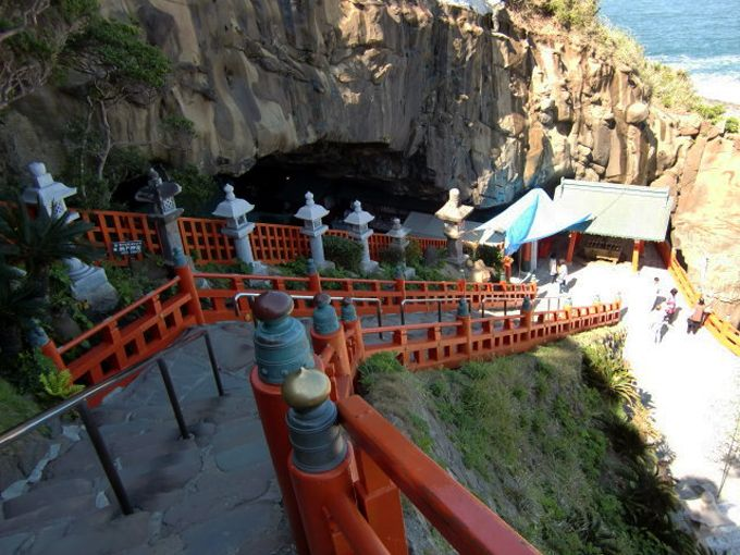 日本三大「下り宮」の一つ、本殿参拝のため、石段を下り、洞窟へ