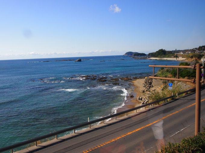 2つの絶景区間、沿線には6つの温泉やツル飛来地など、観光名所が満載!