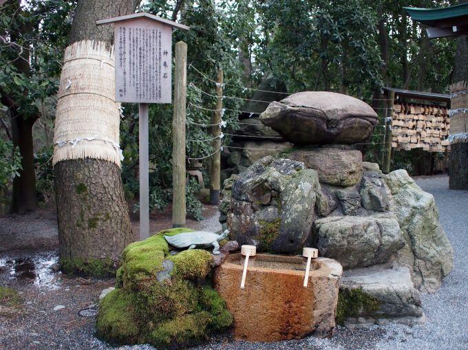 神亀石の背を左右左と撫でれば、延命長寿と末広がりの幸福を招く!