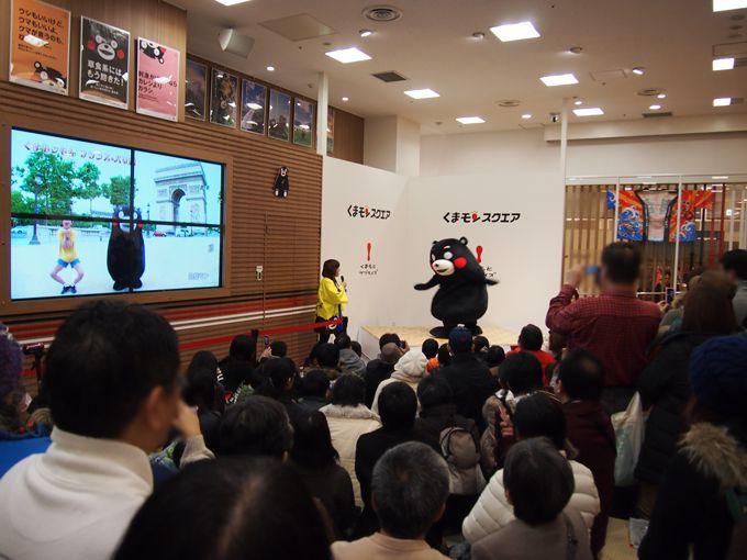 交流スペースのステージでは、くまモンが歌ったり、踊ったり!
