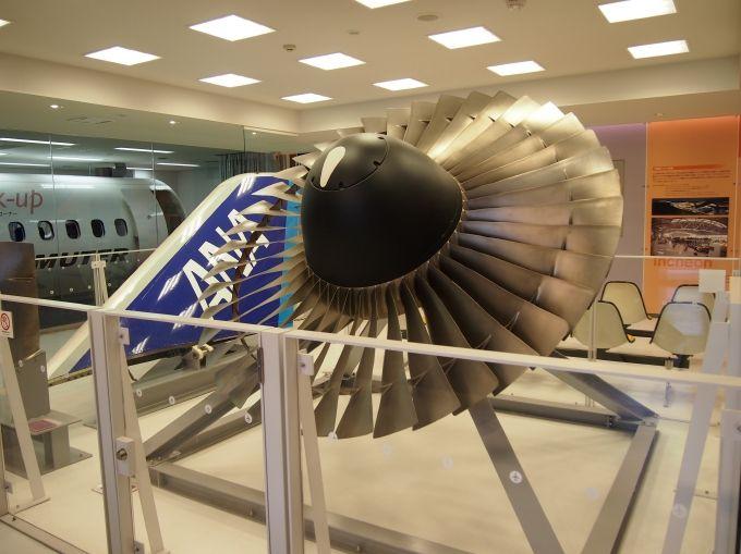 機能体験ゾーンで、航空機で実際に使用されたエンジン、翼が目の前に!