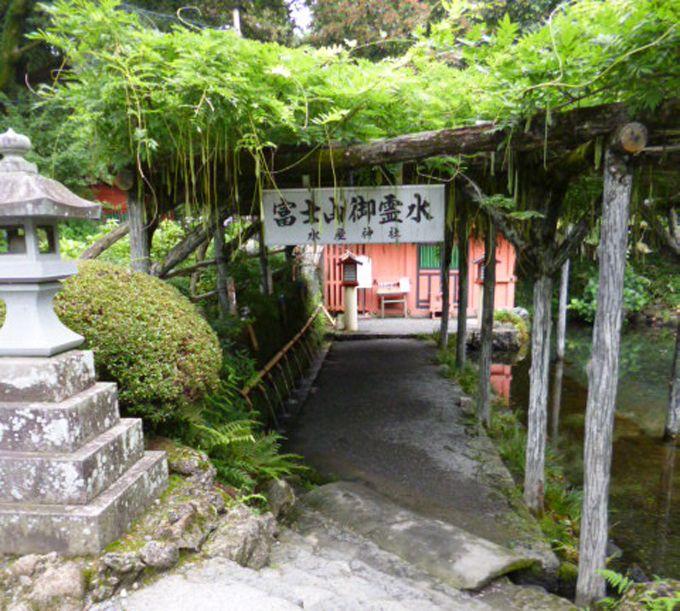 水屋神社では、有難い富士山御霊水を汲み、持ち帰ることもできます