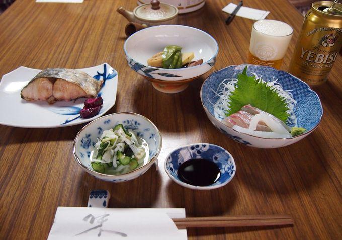 食事は1階の食堂で。夕食は直島の魚など、心尽くしの田舎料理
