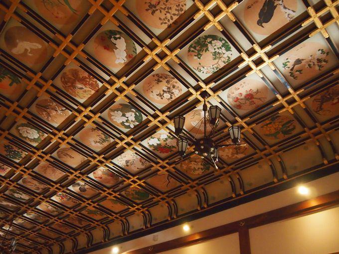 傘松閣、広間の天井には144名の画家が描いた230枚の絢爛な花鳥図