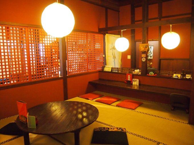 古民家を改装した雰囲気のある和の設え、店内は寛げる空間です